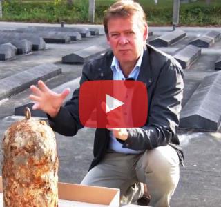 Archeoloog Ivar Schute vertelt over de bel van Kamp Vught